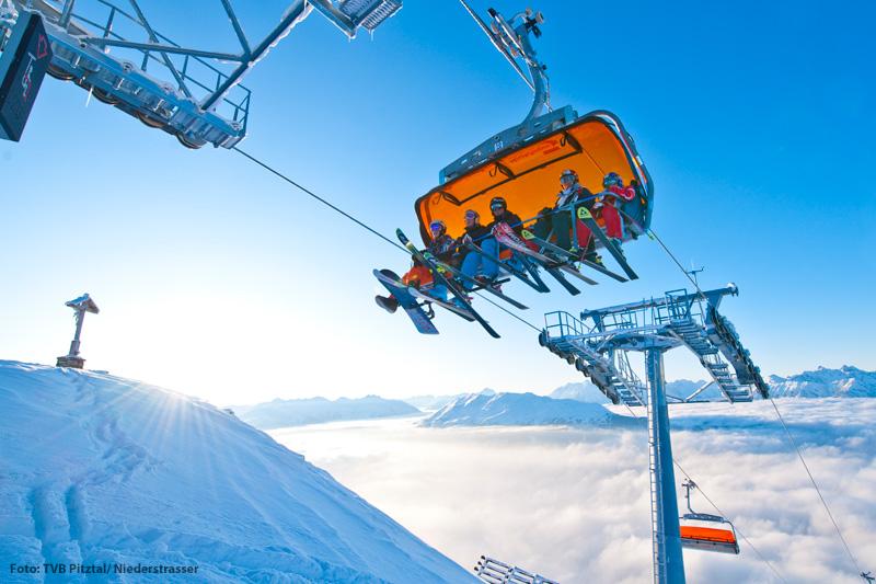 Über den Wolken in der Zirbenbahn im Skigebiet Hochzeiger in Tirol