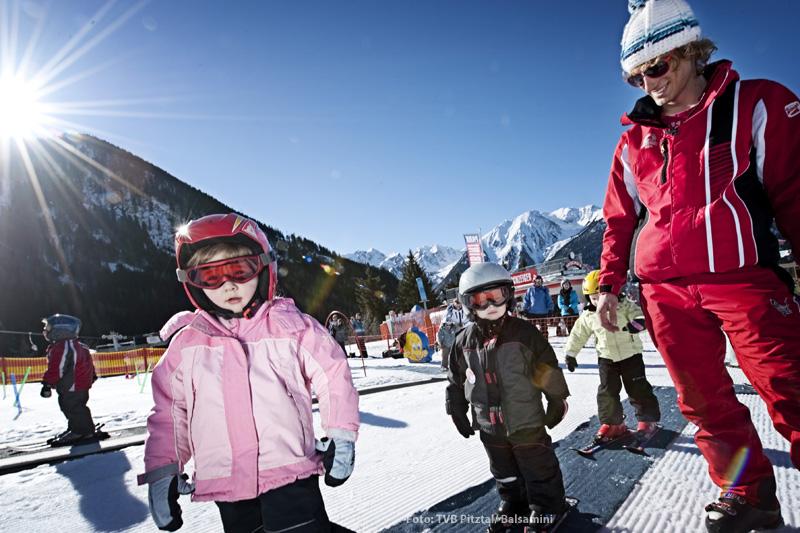 Kinder beim Skifahren im Familienskigebiet Hochzeiger im Pitztal in Tirol