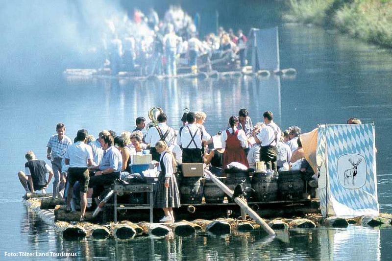 Traditionelle Flossfahrt auf der Isar