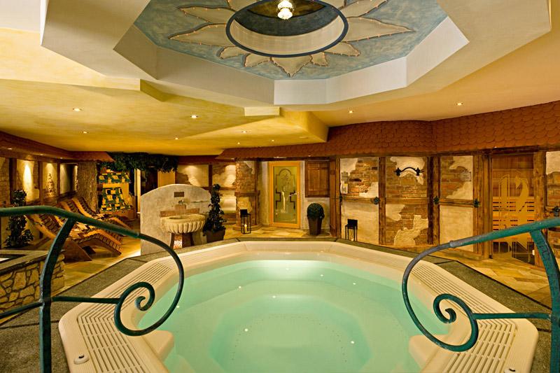 Saunabereich mit Whirlpool