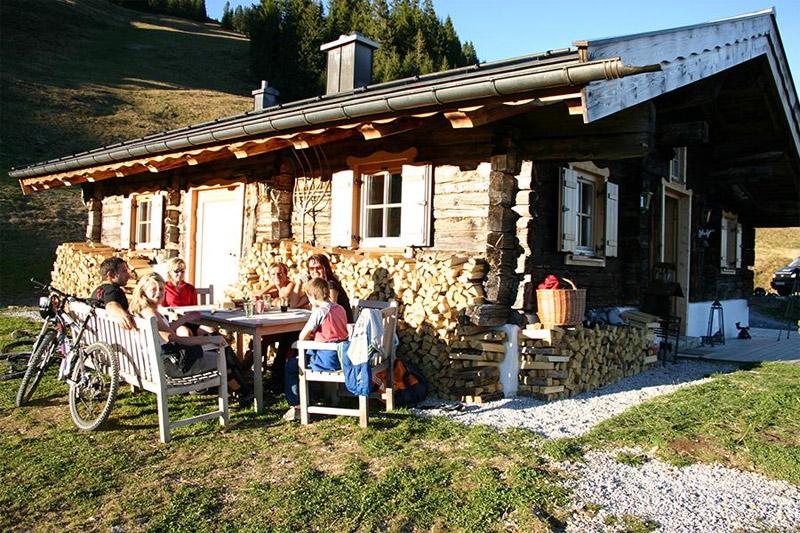 Urlaub mit Almhüttenflair im exklusiven Ferienresort am Berg