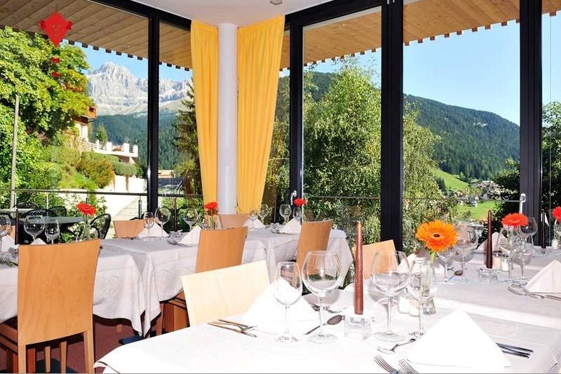 Restaurant mit Panoramablick auf die Dolomiten
