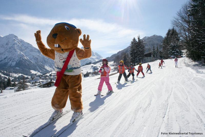 Maskottchen mit Kids beim Skifahren im Allgäu
