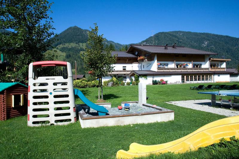 Großer Garten mit Spielplatz, Tischtennis, Grillplatz, Bodenschach, Liegewiese