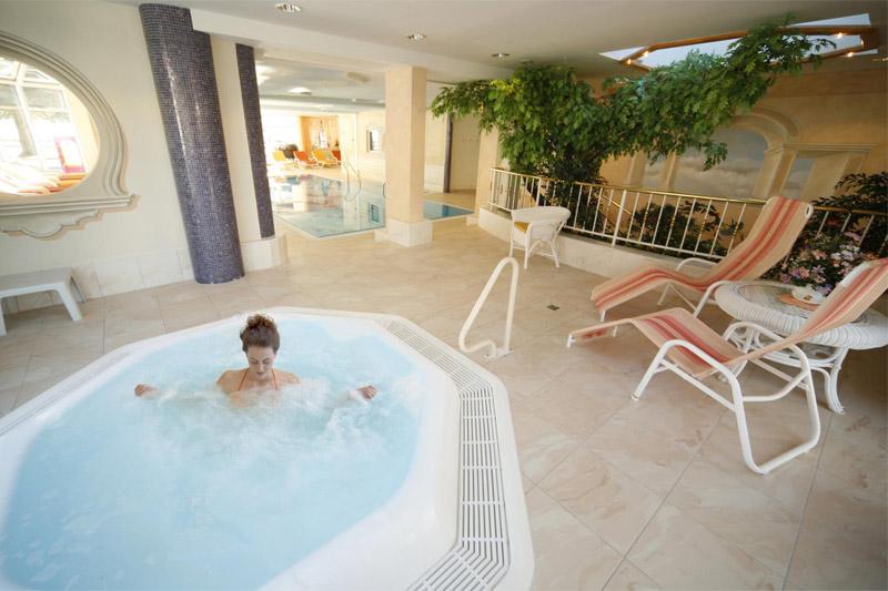 Wellnessbereich mit Hallenbad und Whirlpool
