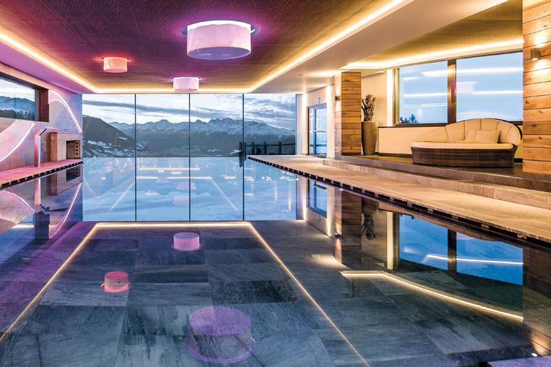 Poollandschaft mit Hallenbad und Whirlpool aus Laaser Marmor