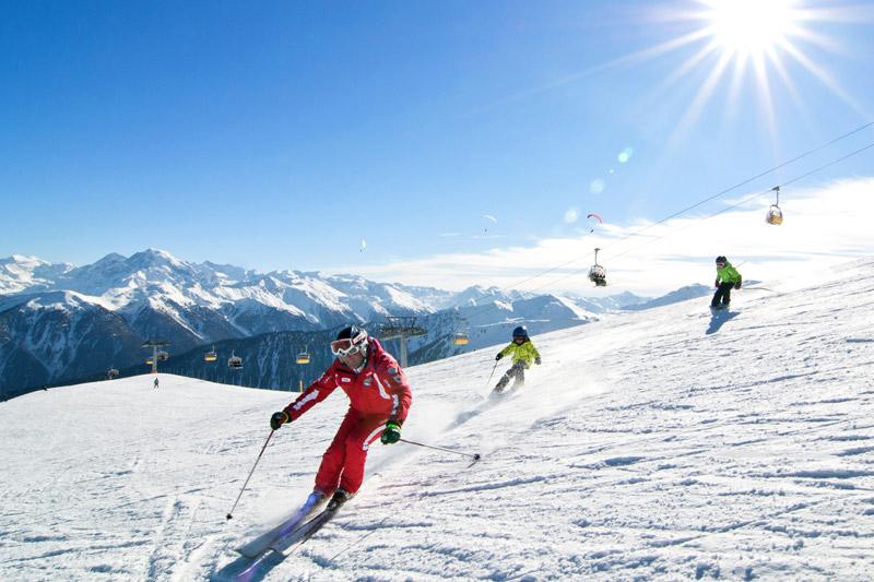 Skifahren am sonnigen Waltes