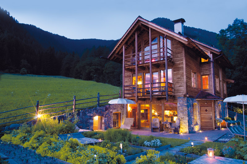 Das Alpine Badehaus im Wellnessgarten im Naturellness Hotel Lüsnerhof in Südtirol - ein Wellnessurlaub der internationalen Spitzenklasse!