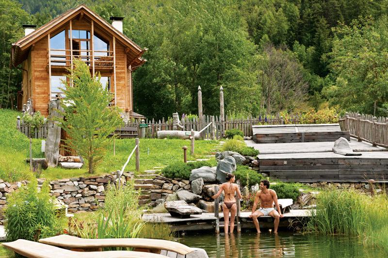 Das Badehaus und der Badeteich mit Alpingarten im Natur- und Wellnesshotel Lüsnerhof in Südtirol