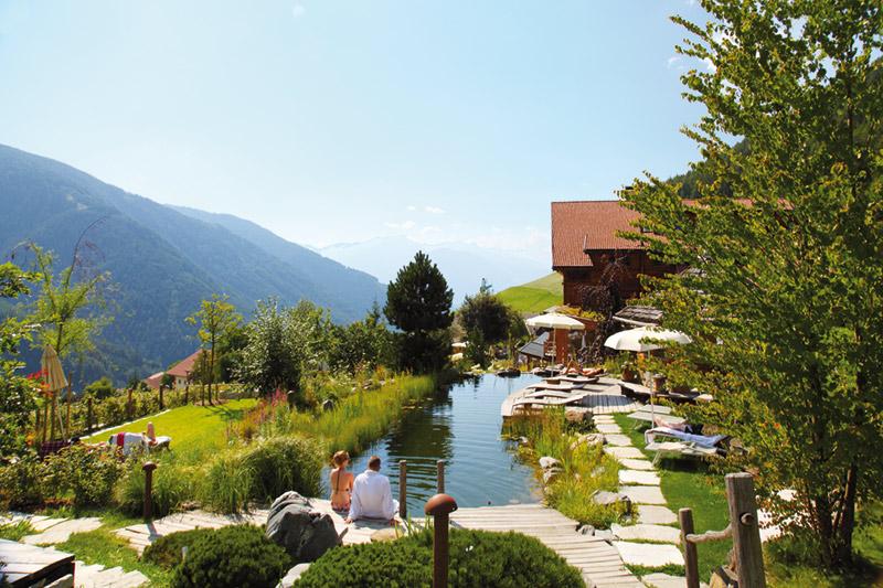 Alpingarten mit Badeteich im Natur- und Wellnesshotel Lüsnerhof in Südtirol