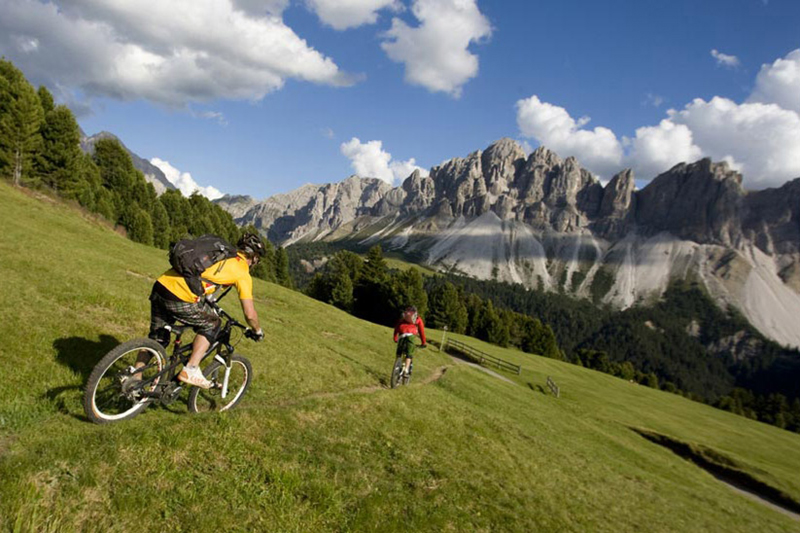 Mountainbiken Südtirol: Das Naturhotel Lüsnerhof bietet 2-3 x wöchentlich eine geführte E-Bike-Tour an. Gemeinsam mit einem professionellem Bike-Guide, zu denen auch Gastgeber Franz Hinteregger zählt, radelst Du mit wenig Anstrengung durch die wundervolle Lüsner Bergwelt. Als besonderes Highlight gilt die Tour zur Maurerberalm