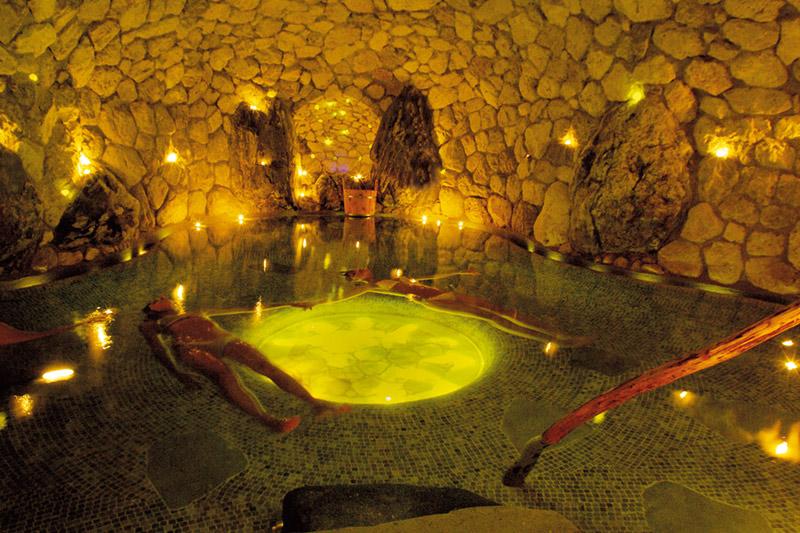 Alpine Wellness im Hotel Lüsnerhof in Südtirol. Hier die Solegrotte in den Wasserwelten