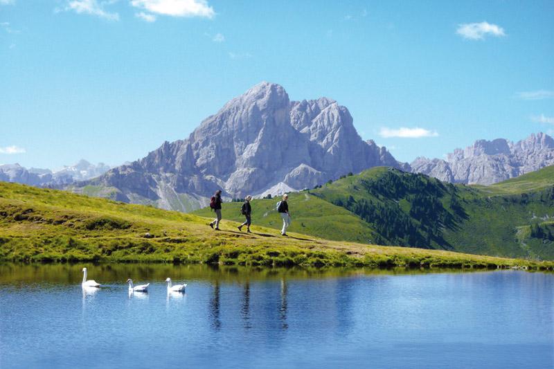 Urlaub im Wanderhotel Lüsnerhof - das Wandern am Peitler See in den Dolomiten gehört zum Programm
