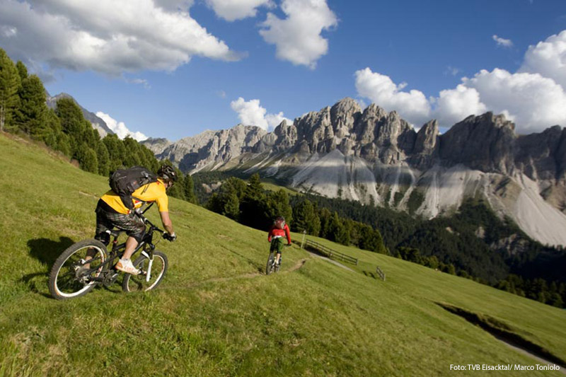 Ein Bike-Urlaub in Südtirol wird Dich überzeugen! Direkt vom Granpanorama Hotel StephansHof führen die Wege hinauf auf die Villanderer Alm, ein Paradies für Biker mit dem einzigartigen Dolomiten-Panorama. Im Hotel bekommst Du sogar eines der hoteleigenen E-Bikes kostenlos ausgeliehen