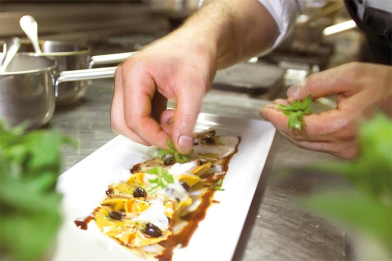 Die 3/4-Verwöhnpension im Hotel Stephanshof im Eisacktal besteht aus dem reichhaltigen Frühstücksbuffet und den hausgemachten Mehlspeisen am Nachmittag, bevor Du am Abend zum Ausklang Deines Urlaubstages die Südtiroler Gaumenfreuden serviert bekommst