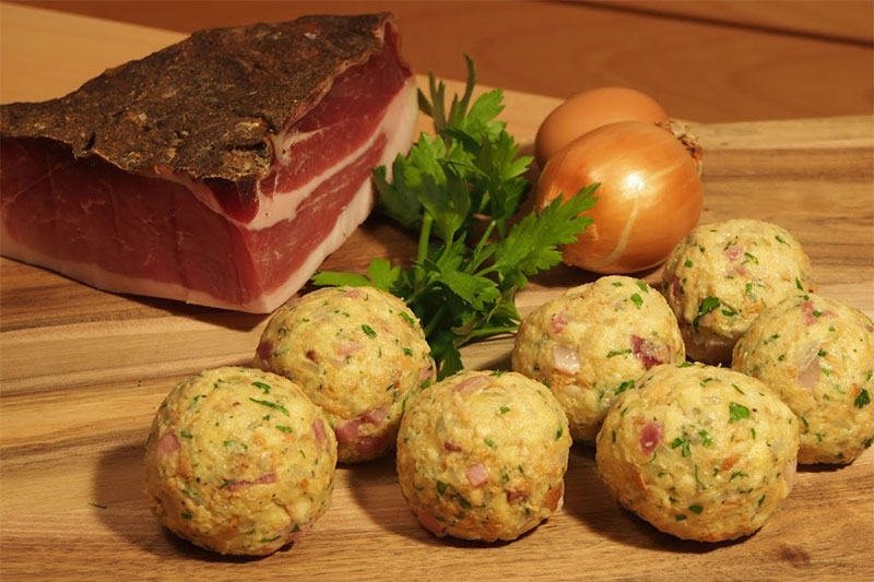 Am Abend spielt die Küche des Genießerhotels Stephanshof in Villanders ihre ganzen Stärken aus. Chefkoch Helmut Profanter und sein eingespieltes Team zaubern täglich ein großes Salat- und Vorspeisenbuffet sowie ein 4-Gänge-Menü mit vielen Auswahl-Möglichkeiten auf den Tisch. Darunter auch traditionelle, hausgemachte Südtiroler Spezialitäten