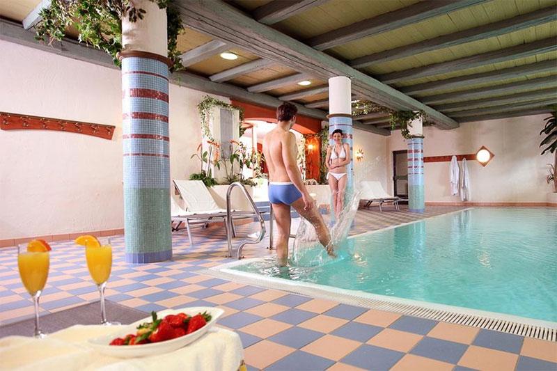 Im Hallenbad scheint die Sonne bei den Fenstern herein, das Wasser ist ruhig und klar. Du gleitest hier morgens durch das weiche, wohl-temperierte Wasser und ziehst genüsslich in aller Stille Deine Runden. Wie gut, dass Du mit dem Hotel Stephanshof in Südtirol ein Hotel mit Schwimmbad in Südtirol gewählt hast!