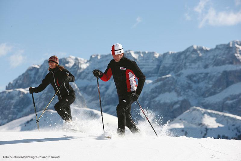 Eine Schneeschuhwanderung gehört im Winterurlaub in Südtirol auf jeden Fall ins Wochenprogramm