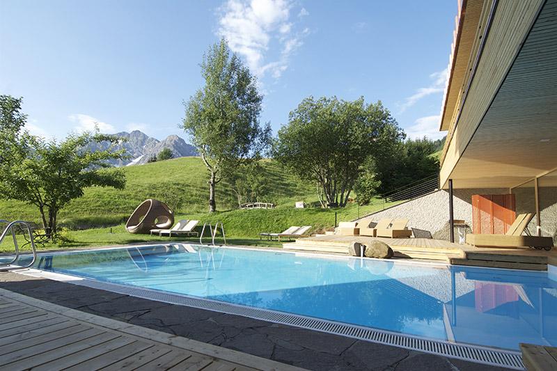 Schwimmbad mit Bergblick
