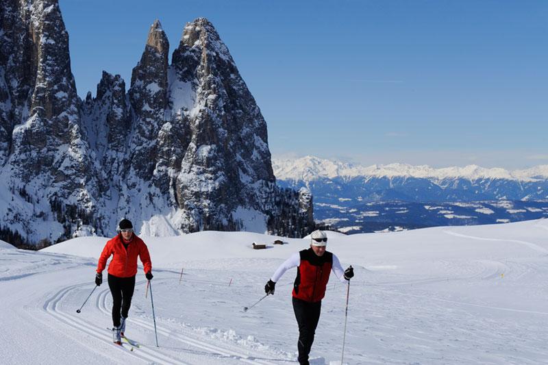 Langlaufen mit Blick auf die Dolomitengipfel