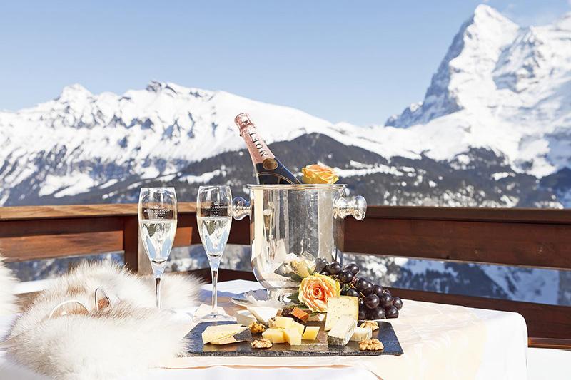 Pause mit Bergblick im Skigebiet Muerren-Schilthorn