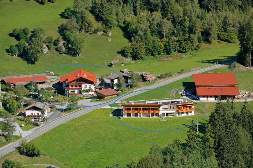 Ansicht Bacherhof (L) und Leitenhof (R)