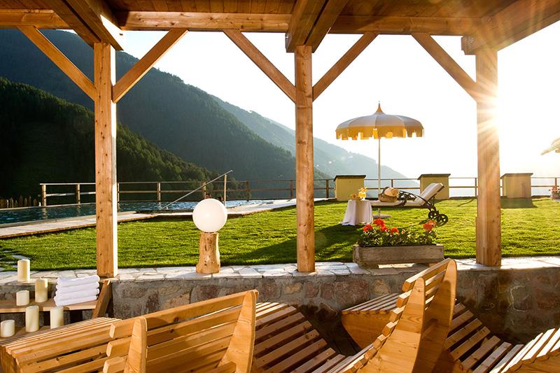 Relaxliegen im überdachten Aussenbereich des Vitalpina & Naturidyll Hotel Bergschlössl oberhalb von Lüsen im Lüsnertal in Südtirol