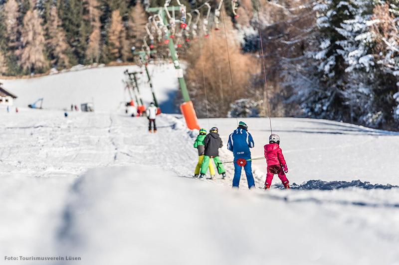 Skifahren lernen die Kinder am kleinen Übungslift in Lüsen. Nur 5 Gehminuten vom Hotel Bergschlössl entfernt erstreckt sich der 1 km lange Lift mit eigenem Ski- und Ausrüstungsverleih