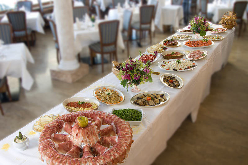 Buffet mit Südtiroler Delikatessen und Italienischen Spezialitäten