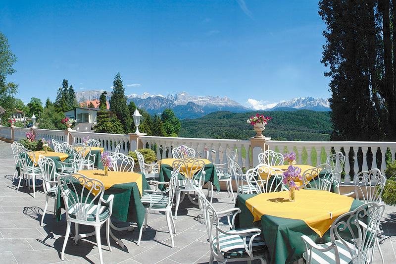 Terrasse mit Panoramablick auf die Dolomiten