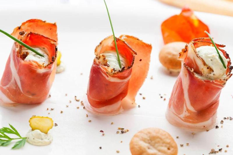 Aber auch mediterrane Gourmet-Stücken finden sich jeden Tag auf der Speisekarte des Stephanshof in Villanders. Besonders beliebt ist das zarte Lammfleisch aus der eigenen Zucht von Villnösser Brillenschafen. Wöchentlich findet außerdem ein Tiroler Abend mit musikalischer Begleitung sowie ein mediterraner Gala-Abend mit Wein-Degustationsmenü statt