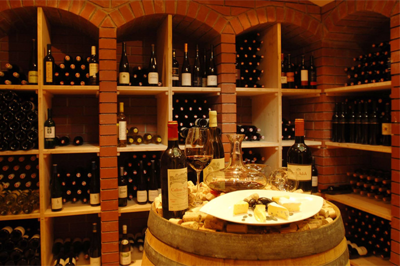 Weinkeller mit rund 300 sorgfältig ausgewählten Flaschen