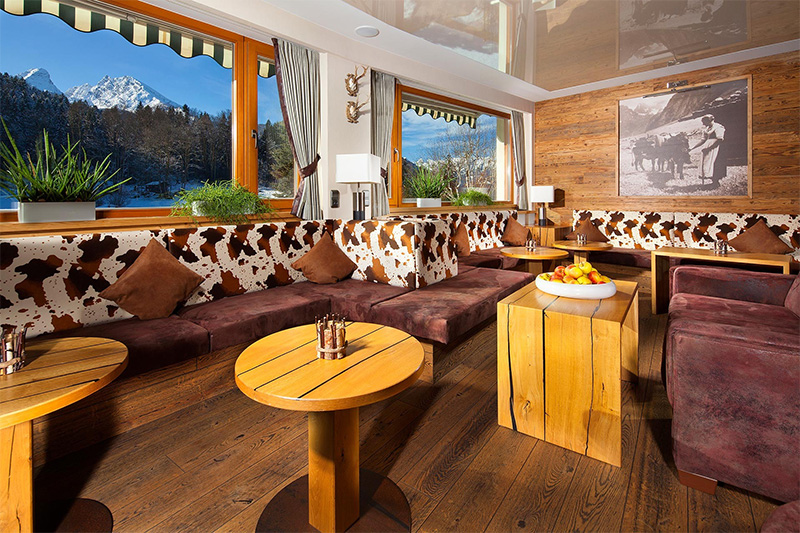 Gemütliche Almlounge im Bar im Alm- & Wellnesshotel Alpenhof
