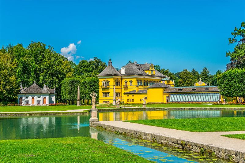 Schloss Hellbrunn mit seinen Wasserspielen in Salzburg ist in 30 Autominuten erreichbar