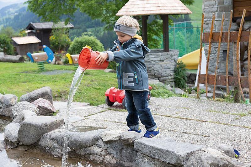 Kind beim Spielen im Außenbereich
