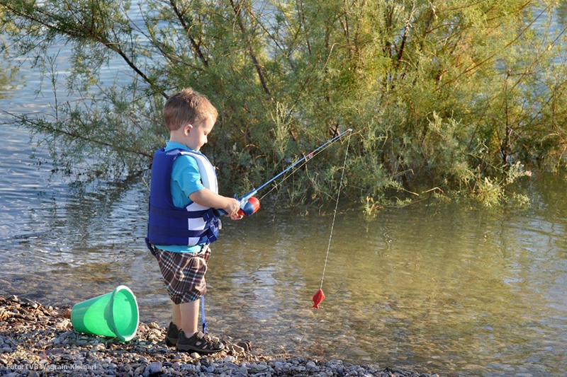 Im See Fischen ist auch für die Kleinen ein riesiger Spaß
