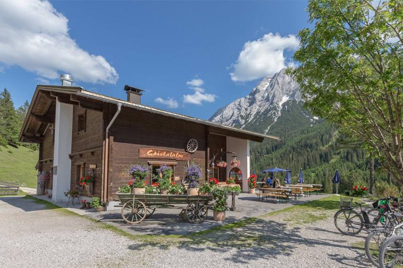 Radlpause auf der Gaistalalm in Leutasch in Tirol