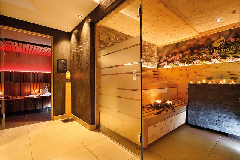 Saunabereich Bergfrieden: Kräuter-, finnische-, Dampf-, Bergkristallsauna, Infrarotliegen