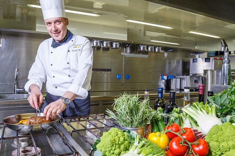 Chef Günther, Koch mit Leib und Seele, kreiert zeitgemäße Menükompositionen mit Südtiroler Schmankerln, sowie einem Hauch mediterranem und internationalem Einfluss