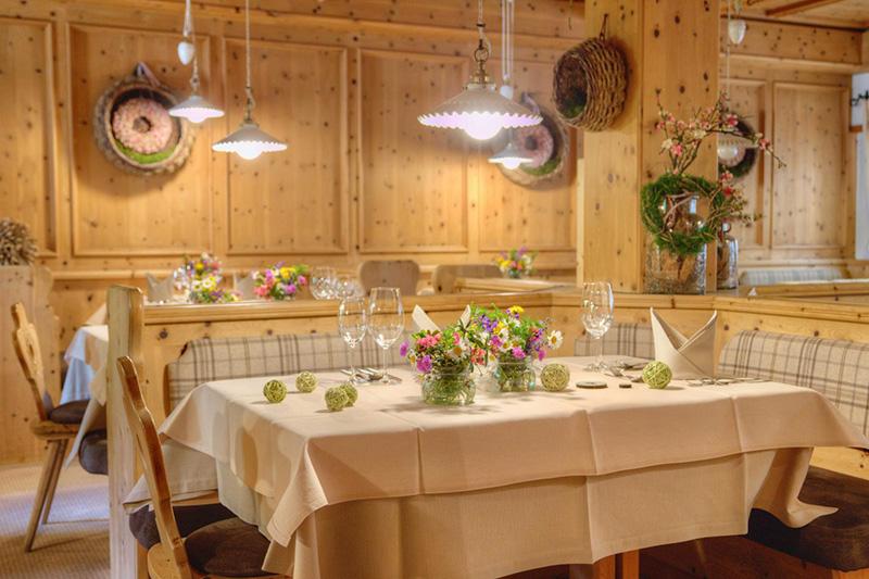 Das Wohl der Gäste steht in der Küche und im Restaurant des Hotels Falzeben in Südtirol an erster Stelle. Hier wird auch so manch edler Tropfen aus dem Keller geholt, der dann den Gaumen vollends jubilieren lässt