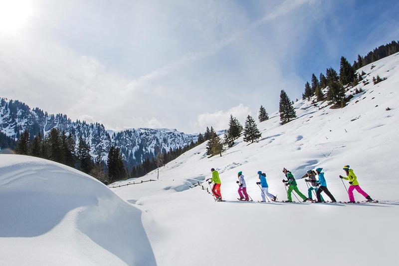 Winterwanderführerin Monika begleitet dich auf geführten Schneeschuh- bzw. Winterwanderungen
