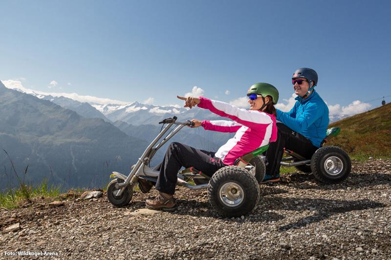 Die kurvenreiche Mountaincart-Strecke (4 km) ist ein Sommererlebnis - den man auf jeden Fall gemacht haben muss!