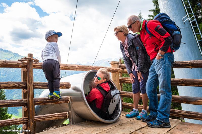 Der Panoramaweg sorgt von der Bergstation -> Mittelstation der Wildkogelbahn für atemberaubende Perspektiven und das nächste Highlight kommt noch auf Euch zu. Kleiner Tipp: Guten Rutsch Familie!