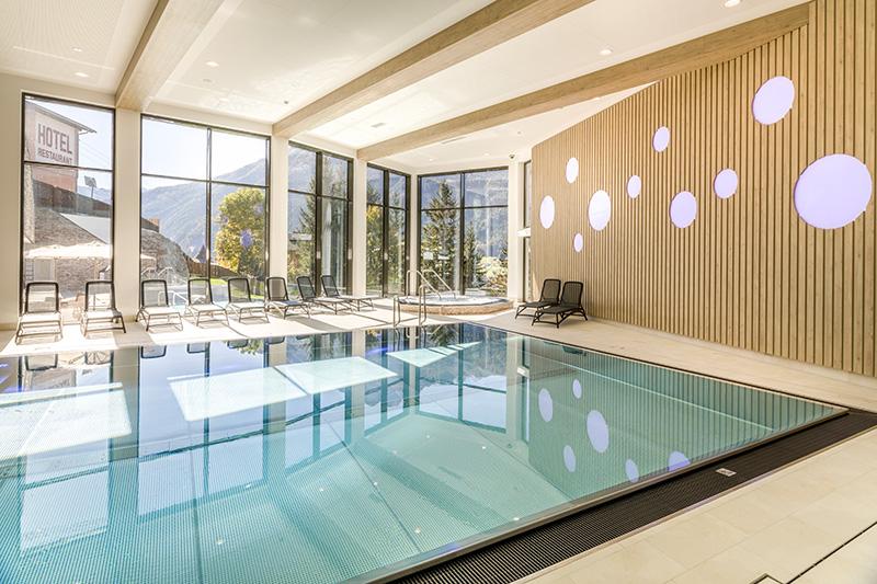 Pool und Jacuzzi mit atemberaubender Panoramaaussicht
