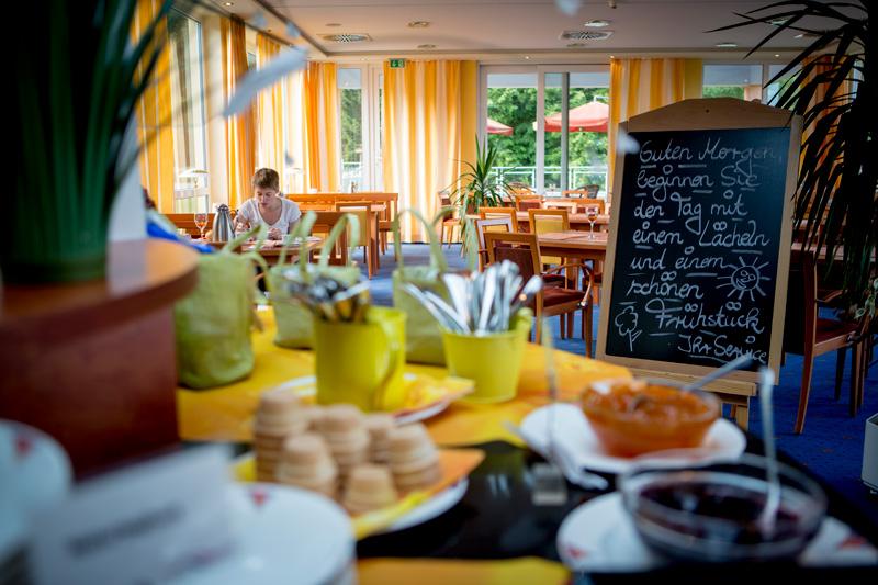 Genieße das Frühstücksbuffet mit Panoramablick auf die weitläufige Umgebung