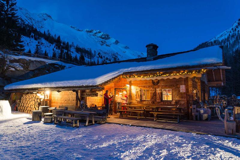 Gemütliche Almhütte im Winter in Südtirol