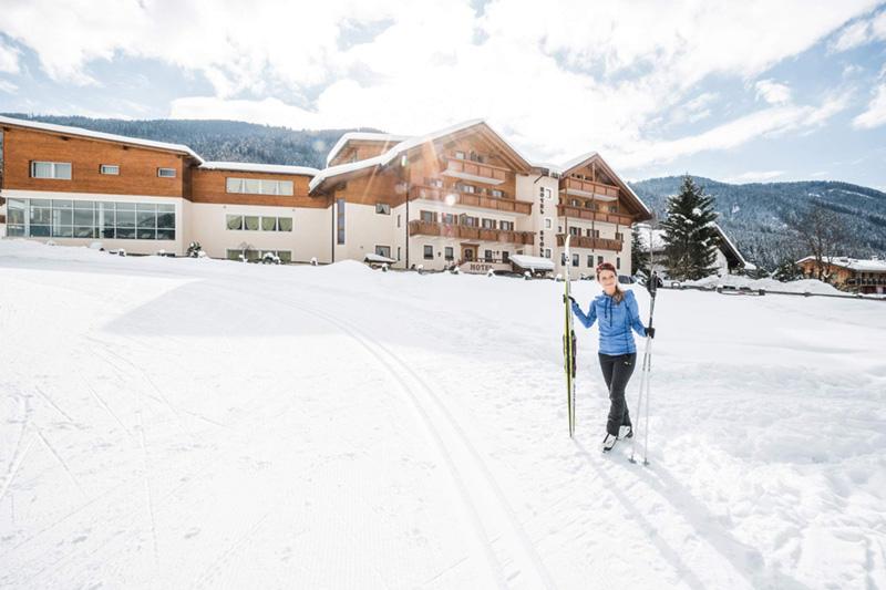Mehr als 1.300 sonnige Loipenkilometer im Südtiroler Pustertal sorgen für beste Langlaufbedingungen im Winterurlaub im Hotel Stoll. Vor dem Hotel steigst Du direkt ein ins Loipenvergnügen!