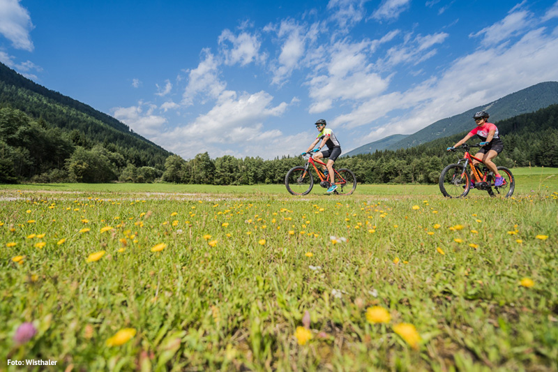 Mountainbiken in den Pustertaler Dolomiten in Südtirol - die Bikes dafür leihst Du Dir im Alpine Nature Hotel Stoll