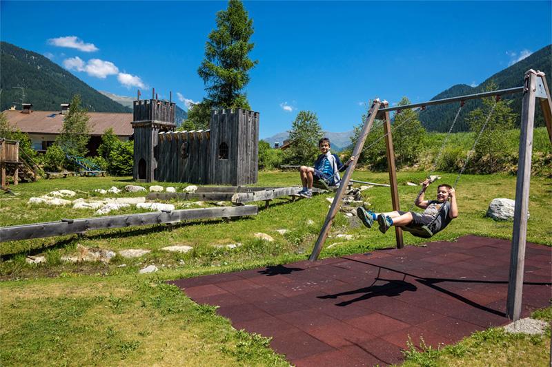 Spielwiese mit Abenteuerspielplatz direkt am Hotel