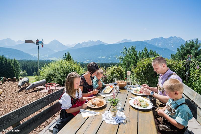 Kleine Pause am Berg mit traumhafter Aussicht im weitläufigen Gsiesertal bei Bruneck in Südtirol